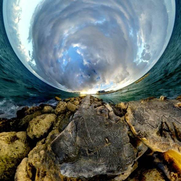 Perspektif Alternatif Ini adalah foto panorama terbaik yang pernah kami lihat. Fotografer Randy Scott Slavin membuat panorama berbentuk bola 360° ini yang dinamainya Alternate Perspective.