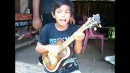 ni siapa coba ?? ini dia anak kecil yg sekarang ini sudah terkenal.. dia Bernama Tegar,asalnya dari Subang