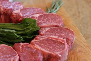Kobe adalah kota di Jepang yang menghasilkan daging sapi berkualitas tinggi. Apa yang membedakan daging sapi ini dengan daging sapi yang biasa? Kamu pasti tercengan karena sapi sapi Kobe Selalu mendapatkan perawatan khusus. Sapi sapi kobe sela