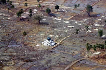 Subhanallah, Masjid yang masih berdiri kokoh setelah tsunami aceh 2004. .