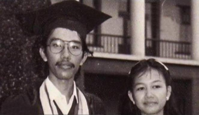 Inilah foto Jokowi saat Wisuda, :) Dari muda ia sudah berKumis ya .. :))