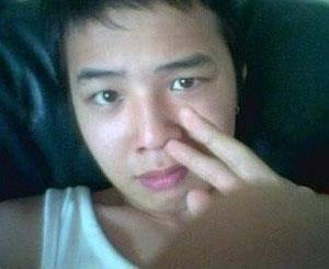 G-Dragon Big Bang Berfoto tanpa make up, seperti bangun tidur, rambut acak-acakan, baju super santai dan tangan sedang ngupil? Itu yang dilakukan oleh leader boyband Big Bang ini. Ya, seakan tak peduli bahwa dia dikenal sebagai salah satu id