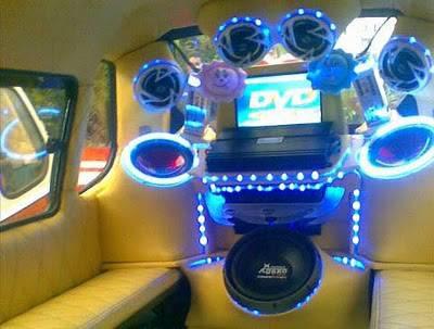 Angkot Padang Bergaya Fast and Furious.. Harga untuk memodifikasi mobil angkot ini sekitar Rp 5 juta.Bahkan Ada yang lebih dari Rp 40 juta. Dan, yang unik, tidak sedikit yang memasang kamera di dalam mobil untuk mengawasi para penumpang! WOW