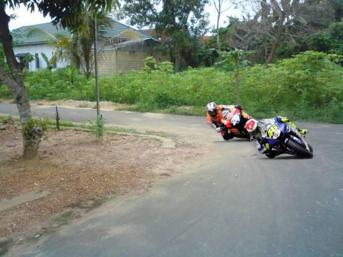 Sekarang Moto GP sudah pindah Tempur ke GP perkampungan hahahhahaha WOW nya donk...