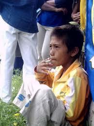 WOW gara - gara anaknya bermain judi seorang anak di suruh orang tua nya merokok padahal asap rokok bahaya!!!. HOAX