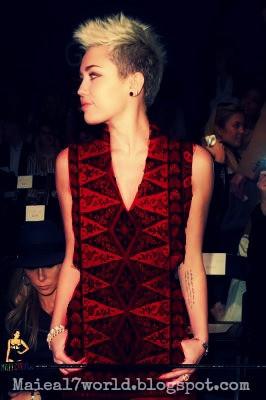 Miley Cyrus Pake batik? Hahah :D Editan... Tapi pengen banget liat dia pakai Batik !!! I Hope someday... ^_^