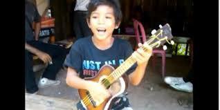 nii... pengamen cilik kreatif ... judul lagu nya AKU YANG DULU... nama pengamen cilik ini TEGAR ... pastinya dari indoneasia donk ... !!! WOW nya donk buat anak kecil ini ...