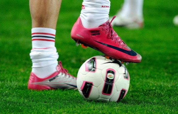 TIPS UNTUK OLAHRAGAWAN (PEMAIN SEPAKBOLA) Olahraga sepak bola erat kaitannya dengan sepatu. Pemain sepak bola profesional diwajibkan menggunakan sepatu di lapangan hijau untuk bermain dan berlatih. Namun yang jadi pertanyaan, apakah semua sep