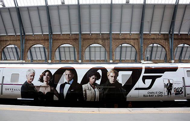 Mengintip Kereta 007 Skyfall Dalam rangka peluncuran Blu Ray dan DVD dari film Skyfall, sebuah kereta dengan rute London-Edinburgh diubah dengan berbagai pernak-pernik James Bond 007.
