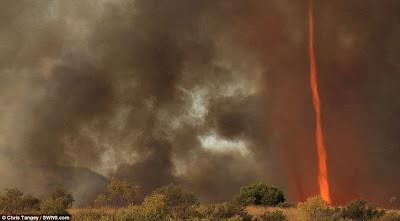 Tornado Api di Australia Fenomena langka, Tornado api ini terjadi di Alice Spring, Australia. Saat itu Chris mengaku hanya berjarak 300 meter dari lokasi terjadinyatornado.Fenomena langka ini tercipta akibat keringnya daratan dan cuacapanas.
