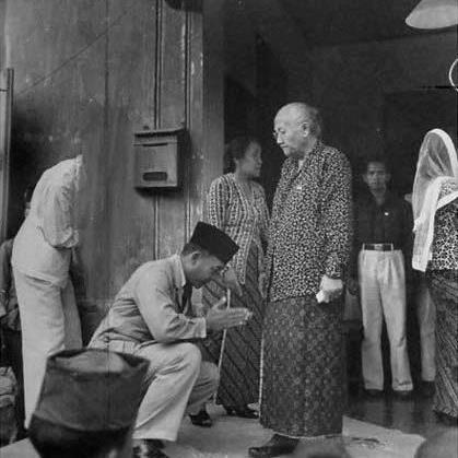 Ini foto langka dari bapak bangsa kita, Sukarno yg lgi sungkem ke Ibundanya, Ida Ayu Nyoman Rai, yg berasal dari Singaraja, Bali