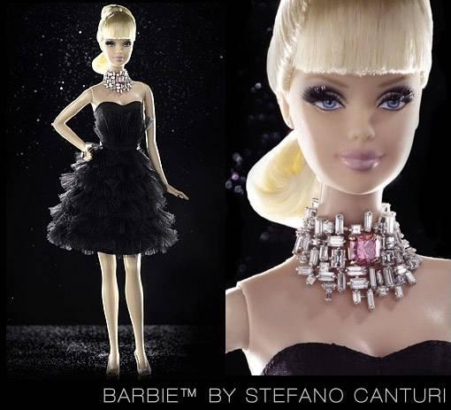 Barbie ini beda dengan barbie2 yang lain, barbie ini dilengkapi dgn kalung & cincin Berlian Pink, barbie istimewa ini dibanderol seharga 2,5 miliar. kalung fantastis itulah yang membuat sang barbie menjadi yg termahal di dunia. WOW banget ya!!
