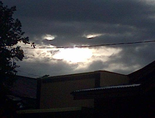 Awan berbentuk Wajah d Padang City ..!!! Subhanallah.. :D *yang suka jgn lupa WOW ya.. !!!