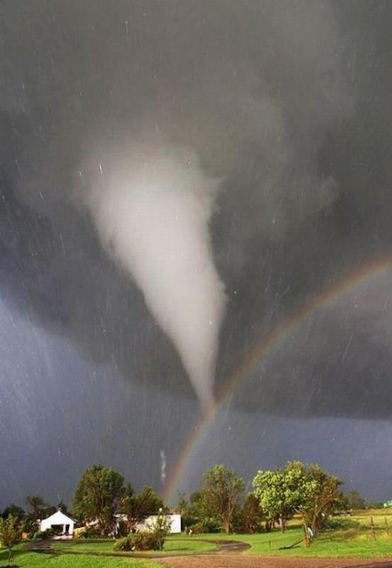 Perpaduan antara Angin Tornado dan Pelangi tertangkap kamera Eric Nguyen warga Kansas, Amerika. Foto ini asli dan tidak di edit sama sekali. Indah dan sangat menyeramkan...