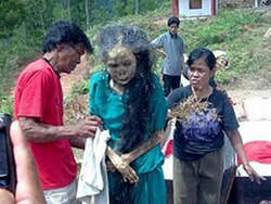 fenomena unik di daerah Tana Toraja,dimana mayat dapat dibuat berjalan seperti manusia namun mayat tersebut berjalan layaknya robot(kaku).dalam upacara ini tidak dibenarkan untuk mengambil gambar atau video saat mayat ini mulai berjalan. #like