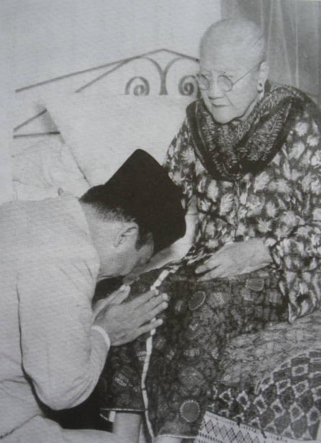 Ini ada lg foto Soekarno lg sungkem dgn Ibundanya. Ayah Soekarno, bernama Raden Soekemi Sosrodihardjo. dan Ibunya Ida Ayu Nyoman Rai merupakan keturunan bangsawan dari Bali dan beragama Hindu, sedangkan Raden Soekemi sendiri beragama Islam.