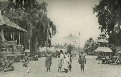 Bali tempo dulu , foto ini diambil dari Buku kuno th.1937 tentang Bali tempo doeloe, Island of Bali oleh Miguel Covarrubias penulis dari Meksiko, Karya klasiknya, The Island of Bali, ditulis pada tahun 1930-an.