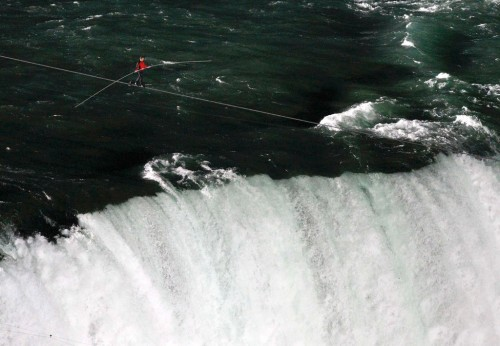 Wow, Pria Ini Nekad Menyebrangi Niagara Dengan Seutas Tali tanpa pengaman!