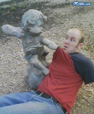 WOWgila banget , Orang dewasa aja kalah sama patung , apa lagi sama anak-anak , waspada ya sama patung ini .. WOW nya donk untuk patung ini ..