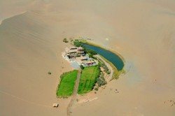 Gurun Gobi Terdapat sebuah gurun yang terletak kira-kira 6 KiloMeter dari selatan bandar dhunhung, China. Dikeliingi oleh gunung pasir menjadikan tempat ini 1 keajaiban alam. Subhanallah ciptaan allah s.w.t turut dikelilingi gunung pasir.