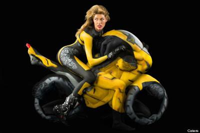 Motor Yang Terbuat Dari Manusia!! motor yg ini terbuat dari Cewek-cewek cantik yg pintar melihat-lihat tubuhnya^o^ . Perlu waktu 13-18 jam looh untuk membuat seni seperti ini. 0_0 wow!!