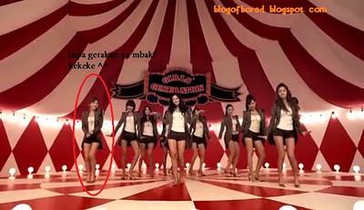 PERSONIL SNSD ADA YANG SALAH GERAKAN !!!!!! Di MV SNSD - Genie (Japanese Version) menit 01:10 kakinya Taeyeon salah gerak.