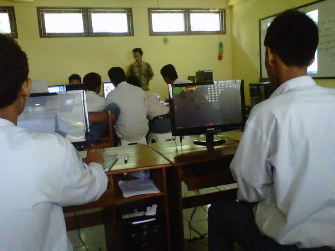 True story in My Class ... di Lab. serasa di GameNet... Padahal ada gurunya... #XMM1