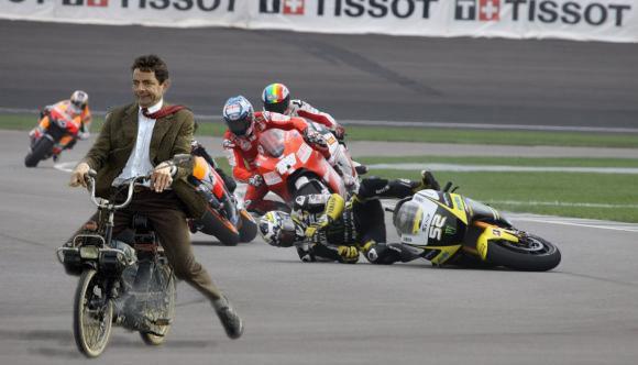 WOW Mr.Bean(Rowan Atkinson) menang dalamlomba motor GP.... dengan menggunakan motor seperti di atas... Jangan lupa klik WOW guyssss...