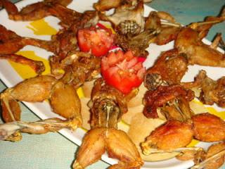 pada malam pertama turunnya hujan deras, para penduduk kampung di Vietnam akan berburu sejenis katak berkulit halus. Mereka kemudian akan merebusnya dan menggoreng utuh, setelah mengeluarkan otot perut, lalu memakan seluruh katak ini, mau coba?