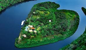 in adalah sebuah pulau yg berbentuk love...... ayo siapa yg mau berbulan madu ke pulau yg cantik ini