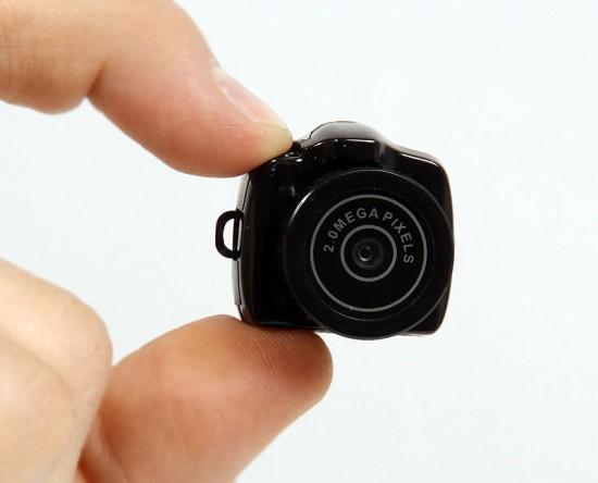 Kamera Terkecil di dunia Perusahaan Jepang Thanko yang mengkhususkan diri dalam produksi aksesoris, telah mengembangkan sebuah miniatur baru SLR MAME-CAM. Beratnya hanya 11 gram dan memiliki dimensi 30 × 27 × 27 mm. WOW !!!!!!!!!