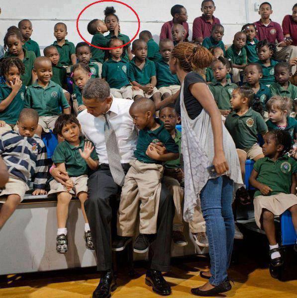 Disaat President Barack Obama mengunjungi suatu taman kanak-kanak ... Ada penampakan nih...