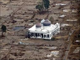Subhan Allah Anda masih ingat Tragedi Tsunami di Aceh 2004 semua dataran bangunan tergusur oleh tsunami aceh hannya MASJID saja yang tidak hancur Subhan Allah kejadian ini ASLI tanpa Rekayasa..