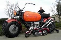 Motor super besar ini ternyata masuk dalam buku rekor dunia sebagai motor paling besar di dunia. Motor terbesar ini dibuat oleh Gregory Dunham setidaknya ia membutuhkan waktu 3 tahun untuk membuat motor super besar ini. beratnya 6,500-pound