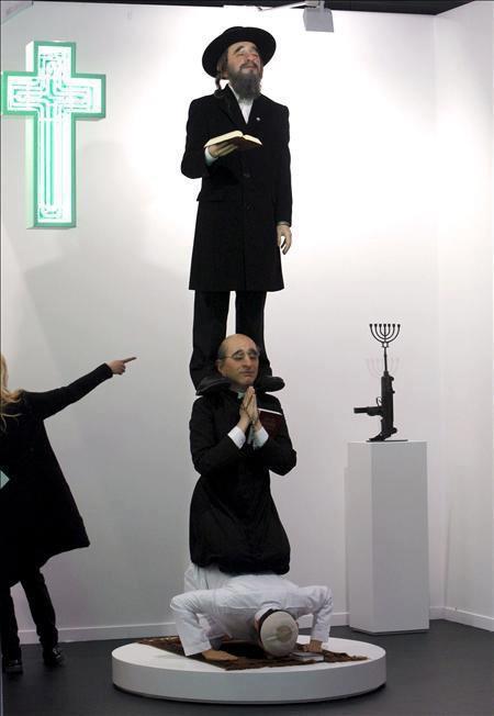 waaah ini nmanya pelecehan terhadap orang islam... ini adalah patung lilin yang dibuat kaum yahudi.. kalau anda juga tidak suka .. klik WOWnya..