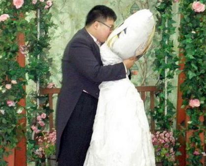 Entah apa yang merasuki pikiran Lee Jin-gyu, seorang pemuda Korea, sehingga jatuh cinta pada 'dakimakura' nya – semacam bantal huggable besar dari Jepang – yang tercetak pada salah satu sisinya gambar Fate Testarossa,