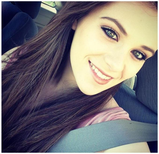 Cantik kan Caitlin Beadles, dia ini mantan pacar Justin Bieber saat belum terkenal.