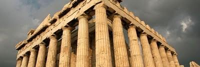 acropolis paling terkenal di dunia. Meskipun ada banyak acropoleis lainnya di Yunani. Acropolis adalah batu beratap datar yang berada pada ketinggian 150 m (490 kaki) di atas permukaan laut di kota Athena, dengan luas permukaan sekitar 3 hektar