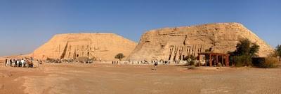 dua kuil batu besar di Nubia, Mesir selatan di tepi barat Danau Nasser sekitar 290 km barat daya Aswan. Ini merupakan bagian dari Situs Warisan Dunia UNESCO. Candi kembar ini awalnya dipahat dari gunung pada masa pemerintahan Firaun Ramses II