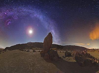 Keindahan Langit Malam... Gambar menakjubkan ini menunjukkan keindahan milky way. Astronomer Juan Carlos Casado menggabungkan sembilan foto langit malam menjadi satu panaroma indah.. Maha Suci Pencipta sekalian alam..