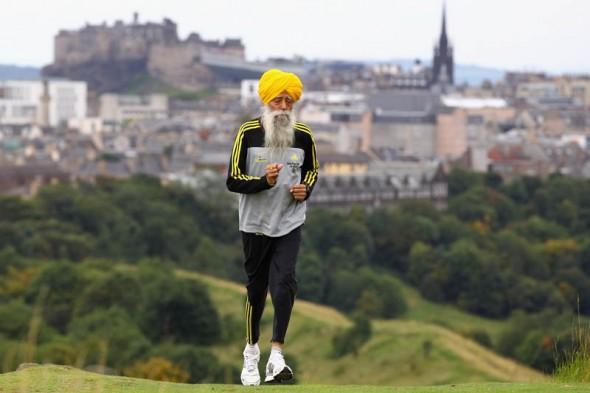 Pria berusia 100 tahun ikut lomba maraton Ini adalah Fauja Singh (lahir 1 April 1911). Pelari maraton asal India ini merupakan pemegang rekor dunia untuk rentang usianya. Rekor pribadinya untuk usia 90 tahun ke atas adalah 5 jam 40 menit wow