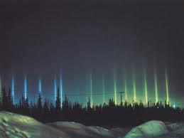Light Pillars Sebuah fenomena visual yng diciptakan oleh pantulan cahaya dari kristal es dengan dekat permukaan planar horizontal paralel. Cahaya dapat berasal dari matahari, Hal ini juga bisa datang dari bulan atau lampu jalan