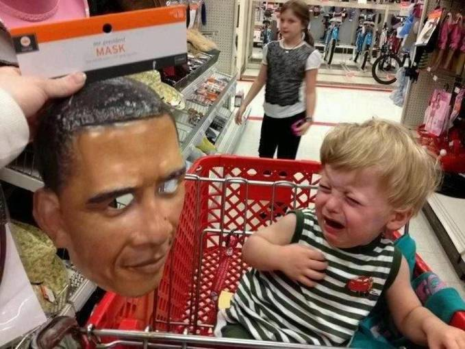 Lol seorang anak histeris melihat sebuah topeng barack obama..