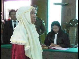 diruang sidang pengadilan, hakim Marzuki duduk tercenung menyimak tuntutan jaksa PU thdp seorg nenek yg dituduh mencuri singkong, nenek itu berdalih bahwa hidupnya miskin, anak lelakinya sakit, cucunya lapar,…. namun manajer PT A**** K**** ( B