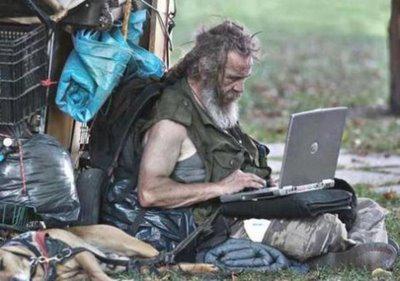 ini aneh, tapi nyata!! pemulung mempunyai laptop!! klik wow dong..