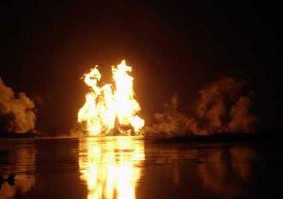 Sebuah Peringatan yang Terang Benderang Jilatan api saat terjadi ledakan di pipa gas milik Pertamina di lokasi lumpur Lapindo, jalan Tol Porong-Gempol KM 38 tanggal 22 November 2006 lalu.