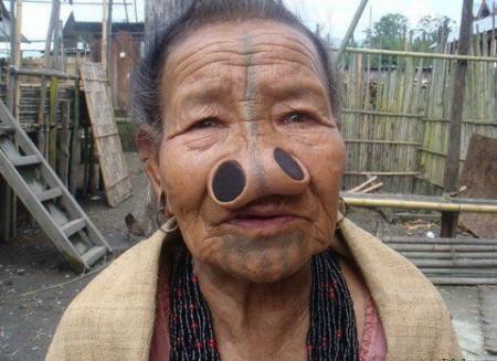 Wkwkwkwk... Ada Yang Tau Gk Knapa Idung Nenek itu Kebalik ... Besar Lagi ... haahhah.... WOW......................