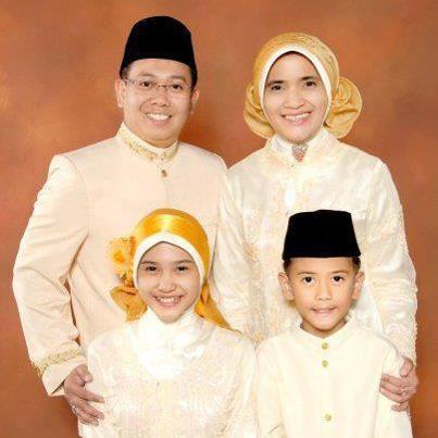 ini dia foto keluarga Iqbaal Cjr waktu Iqbaal masih kkecil!!! lucu kan