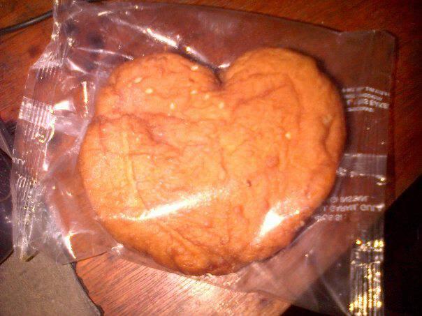 wow ,.,.,.,.,. roti nya berbentuk hati ,.,. masih tersegel lagi,.,., segel plsatik,.,. wkwkwkwkwk :v