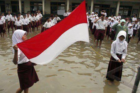 WOW, dimana lg kalo bukan di Indonesia meski sekolah kebanjiran, tp semangat mereka menghargai para pejuang & negeri initak pernah luntur oleh air hujan. Ciyus, gw harus bilang....???